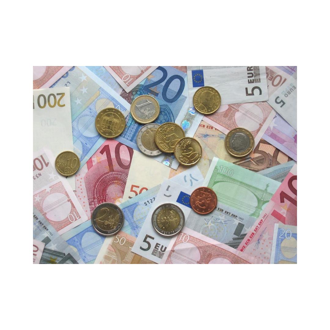 散らばったお札と小銭